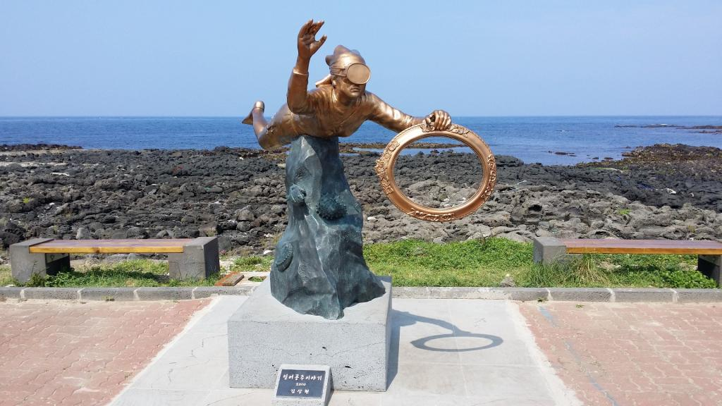 济州岛是位于韩国本土最南端的韩国最大的岛屿,是一座典型的火山岛,世界新七大自然奇观之一。由120万年前火山活动而形成,岛中央是通过火山爆发而形成的海拔1950米的韩国最高峰汉拿山。海洋性气候的济州岛素有韩国的夏威夷之称,因此很多韩国的新婚夫妇都会选择到这里来进行蜜月旅行,在韩国人的心目当中相当于我国的海南岛吧。 随着济州岛对我国免除了旅行签证,到这里来观光的中国游客越来越多,除了跟团的以外,还有相当多的人选择了自由行的方式来游览济州岛。因此,围绕济州岛自由行为中心,在这里为大家推荐了几条值得一看的